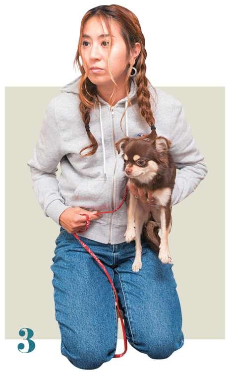 そのまま愛犬の体を真っすぐ持ち上げ、自分の体に寄せます
