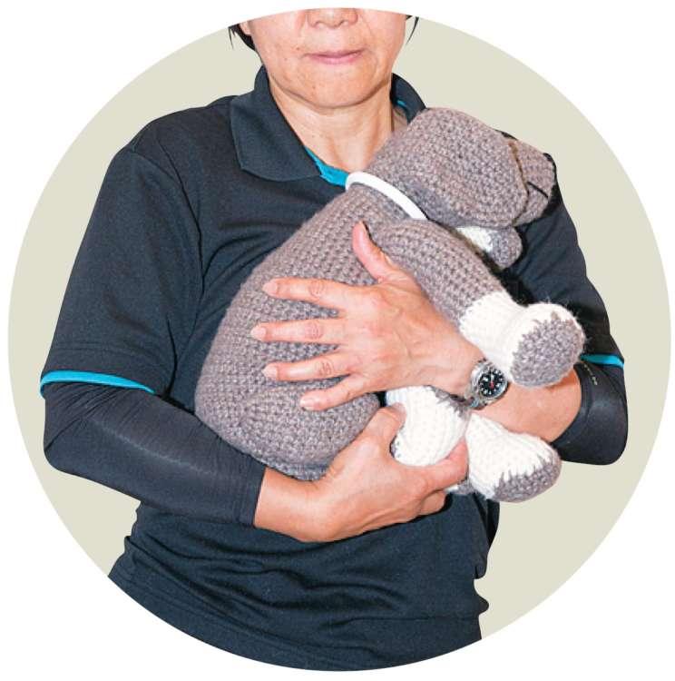 犬の体を起こす「抱っこ」も、背骨が無理に曲がるのでNG。片手、両手ともに「背骨は真っすぐ」を意識して