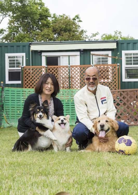 ご主人の斉さんと奥様の美幸さん、先住犬のレトリーバー、ライム(オス・6歳)、りり、ルンルン。後ろに見えるのはトレーラーハウス。斉さんと愛犬たちの秘密基地だ。