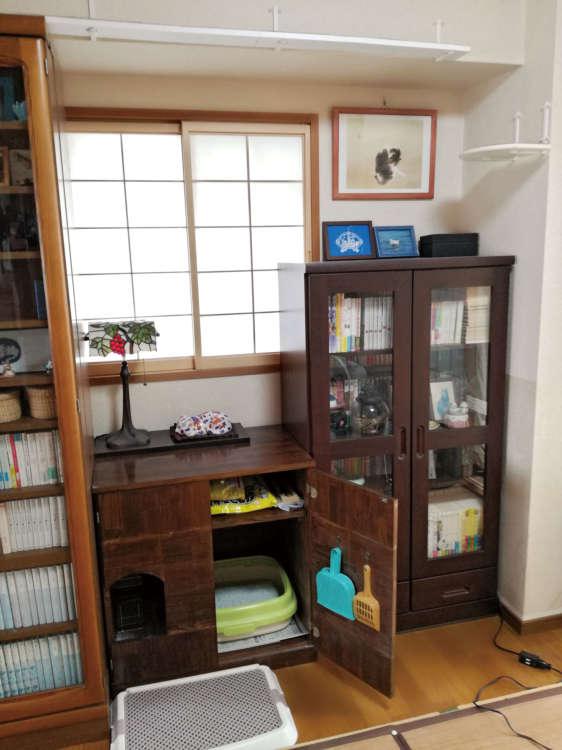 澤さん手製のトイレカバーは、本棚の間にぴったり収まるように設計・制作