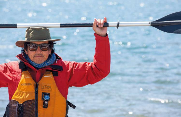 パドルを頭に水平に乗せ、肘の角度を90度にします。 実際に水上で漕ぐときもこの角度を保ちましょう