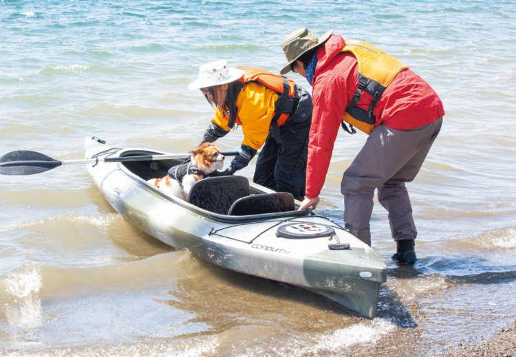 乗り込む際は、転覆を防ぐために舟をパドルで押さえ、 水に浮かべます