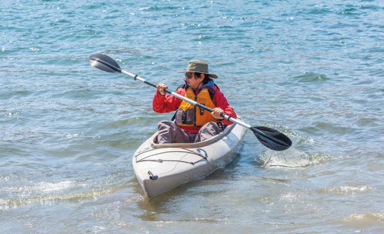 昔は、舟の種類によって分けられていたのですが、レジャー用の舟の種類が増え たため、パドルのタイプで区別するようになりました。今回挑戦したような、ブレー ドが2つあるのが「カヤック」、ブレードが1つのものが「カヌー」と呼ばれます。カヤ ックのほうが水上でも安定しているので、初心者でもなじみやすく、愛犬とともにス タートするにもピッタリだと思います。